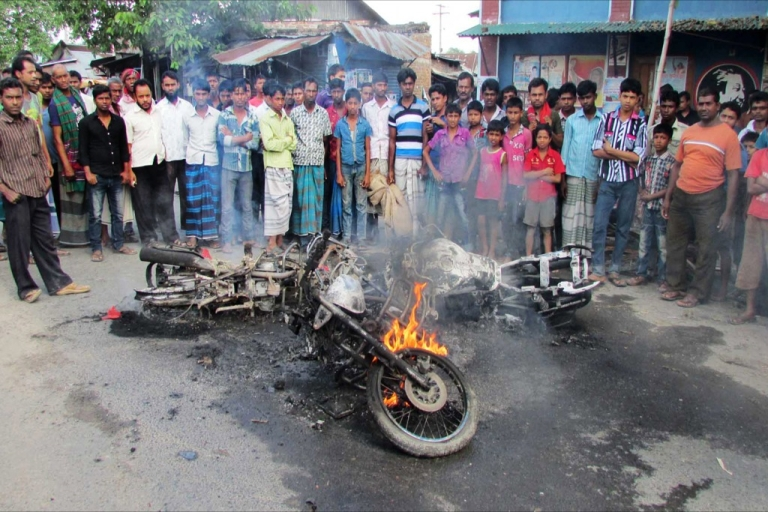 <p>Bangladesh villagers look at a motor bike set alight by opposition supporters during a nationwide strike called by the opposition Bangladesh Nationalist Party (BNP) in Ishurdi, some 200 kms from Dhaka on October 27, 2013</p>