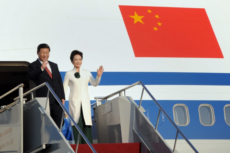 <p>China's President Xi Jinping (L) and his wife Peng Liyuan (R) arrive at Ngurah Rai Airport in Denpasar on Indonesia's resort island of Bali on October 5, 2013. The APEC summit will take place from October 7 to 8 with 21 world leaders participating in the event.</p>