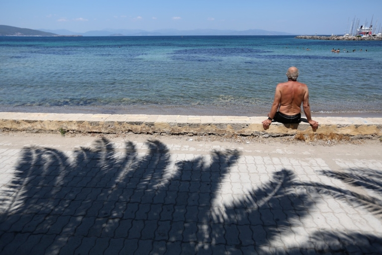 <p>Greek lawmakers are scrapping an anachronistic perk that gives civil servants six extra days of holiday if they use a computer.</p>