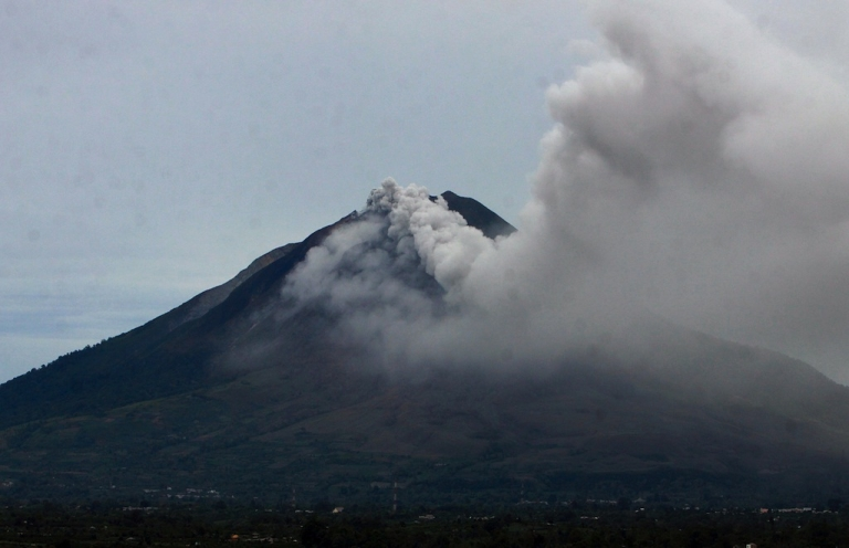<p>Sinabung volcano spews thick smoke and volcanic material in Indonesia's Karo district on September 15, 2013. Thousands of villagers fled the area on September 15 after a volcano erupted on Indonesia's Sumatra island, spewing rocks and red-hot ash onto surrounding villages, officials said.</p>