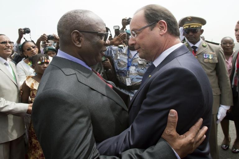 <p>President Francois Hollande of France (R) greets Mali's new president, Ibrahim Boubacar Keita, at the Bamako airport on Sept. 19, 2013.</p>