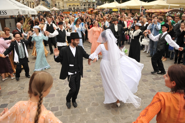 <p>A couple dances during the theatrical performance 'Jewish Wedding in Galicia' as part of the International Festival of Jewish music 'LvivKlezFest 2013' in the western Ukrainian city of Lviv, on September 1, 2013.</p>