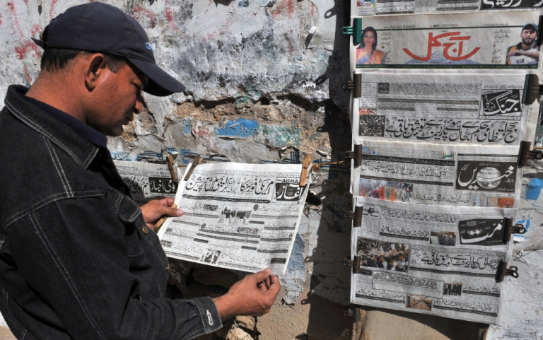 <p>A Pakistani man reads an Urdu-language evening newspaper reporting the capture of a top Taliban commander at a news stand in Karachi on February 16, 2010. .</p>