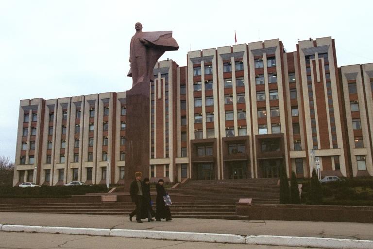 <p>Lenin still stands tall in central Tiraspol.</p>