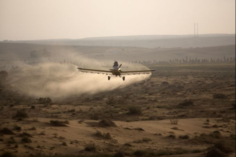 <p>A plane flying over the Israeli village of Kmehin in the Negev Desert near the Egyptian border in March 2013.</p>