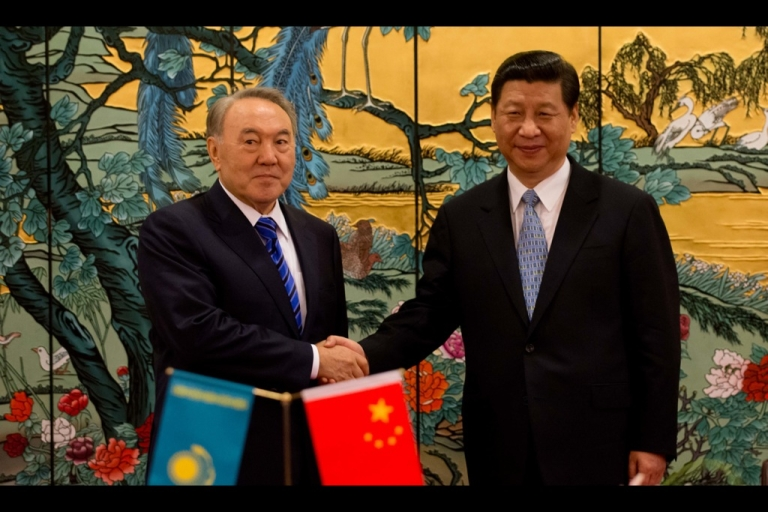 <p>China's President Xi Jinping (R) and Kazakhstan's President Nursultan Nazarbayev shake hands following a signing ceremony in Sanya on the southern Chinese resort island of Hainan on April 6, 2013.</p>