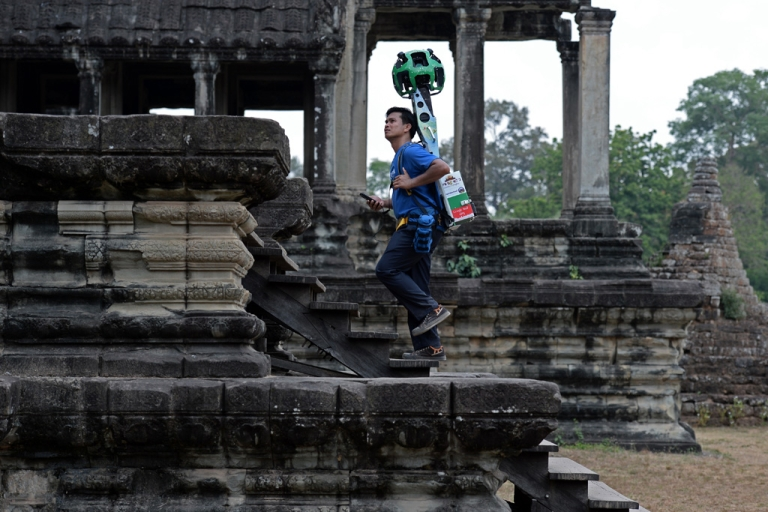 <p>A Cambodian technician carries a back-pack mounted with a device housing 15 cameras as he demonstrates the technique used to digitally map the Angkor Wat temple, part of the Angkor architectural complex in northwestern Cambodia on April 3, 2014.</p>