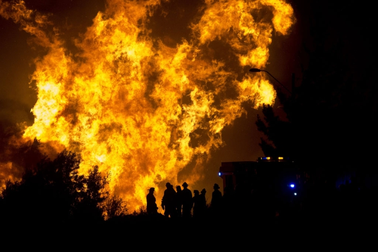 <p>Firefighters work in the area the fire reactivated in Valparaiso, Chile, on April 13, 2014.</p>