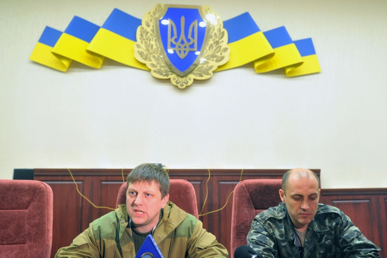 <p>Leaders of pro-Russian activists Alexei Karyakin (L) and Sergey Korsunsky speak to the media in the regional security service building in the eastern Ukrainian city of Lugansk on April 10, 2014.</p>