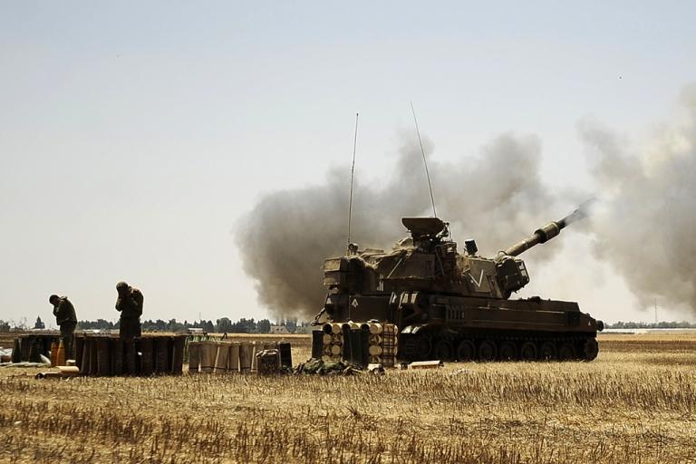<p>An Israeli artillery fires a shell toward the Gaza Strip from the border, Aug. 2, 2014.</p>