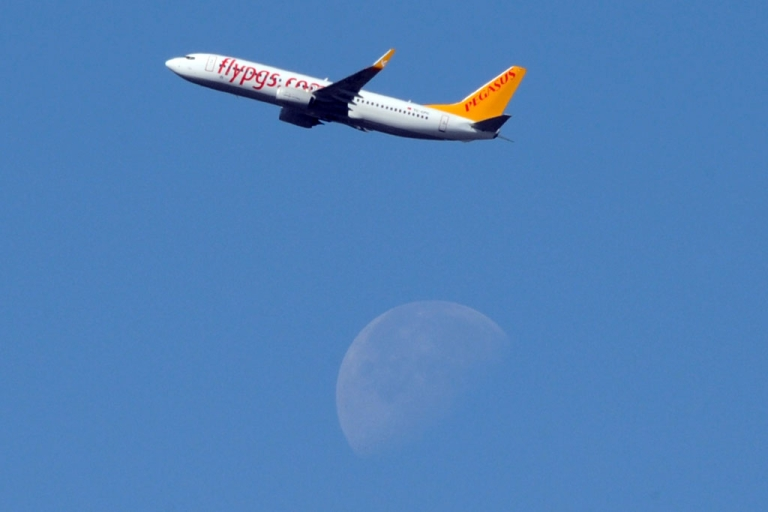 <p>A Pegasus Airlines' Boeing 737 flies over Toulouse, France, on May 11, 2012.</p>