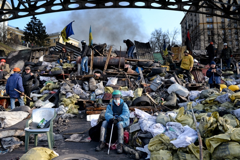 <p>Anti-government protesters rebuild barricades following continued clashes with police in Independence square, despite a truce agreed between the Ukrainian president and opposition leaders on February 20, 2014 in Kyiv, Ukraine.</p>