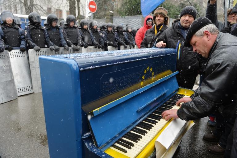 <p>A man plays a piano outside Viktor Yanukovych's presidential office in Kyiv, Dec. 7, 2013.</p>