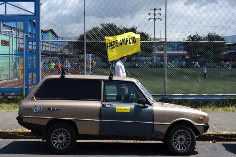<p>A flag of the presidential candidate of Costa Rica's leftist Frente Amplio (Board Front) party, Jose Maria Villalta is seen in a car in San Jose on January 30, 2014. Presidential elections will take place next February 2.</p>