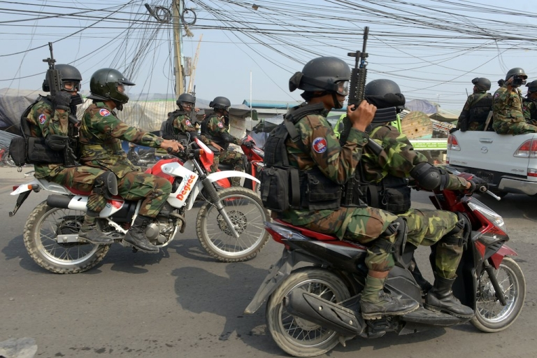 <p>Cambodian soldiers dispersed opposition protesters from their rally base in the capital and halted further protests against the kingdom's strongman premier, on Jan. 4, 2014, a day after a deadly crackdown on striking garment workers.</p>