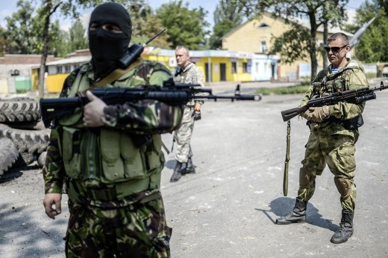 <p>Pro-Russia separatists stand at their checkpoint near the frontline in the northern outskirts of Donetsk in Ukraine, on July 22, 2014.</p>