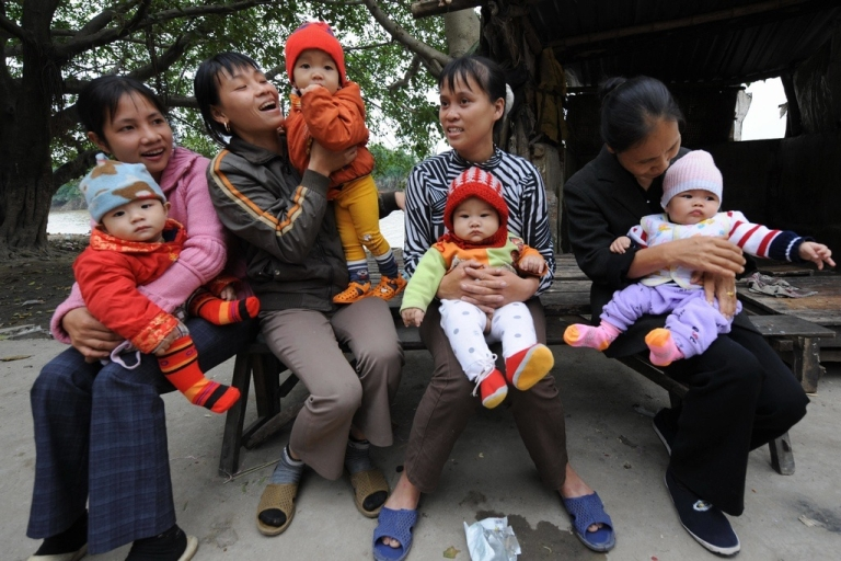 <p>Babies with their mothers at Tho Ha village in Vietnam's northern province of Bac Ninh, Nov. 19, 2008.</p>