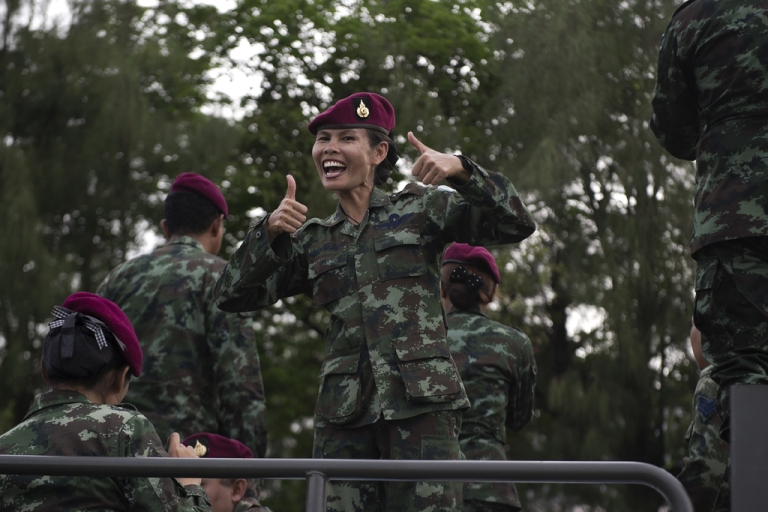 <p>Thai soldiers sing and entertain people at Victory monument in Bangkok, June 5, 2014.</p>