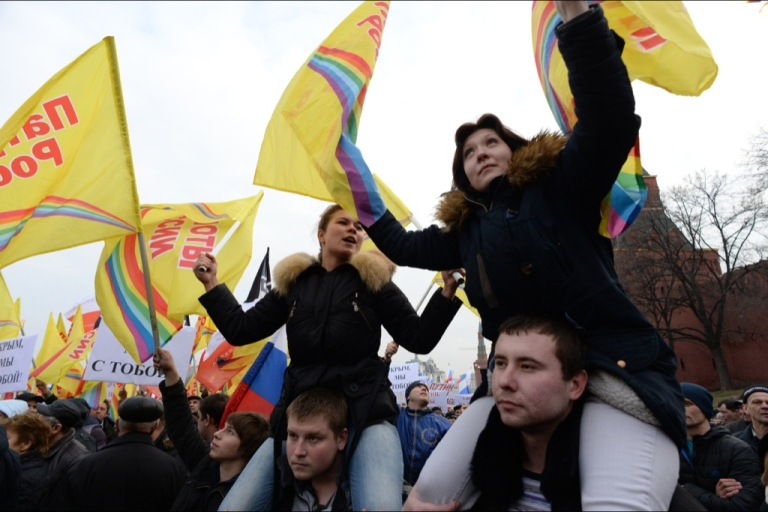 <p>More than 65,000 people waving Russian flags and banners attended a rally in central Moscow on March 7, 2014 in a show of solidarity with pro-Russian authorities in the Ukrainian region of Crimea, police said.</p>