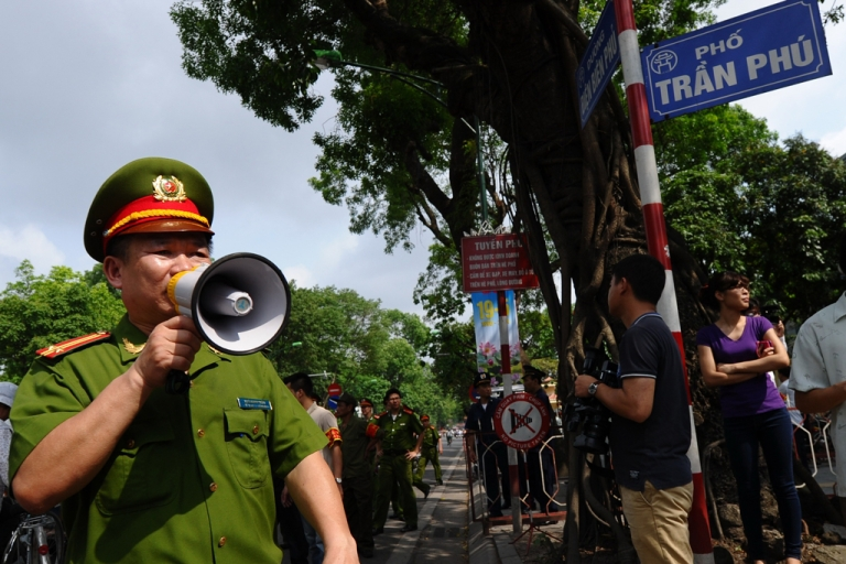 <p>Policemen ask people to leave  a street near to the Chinese embassy in Hanoi on May 18, 2014.</p>