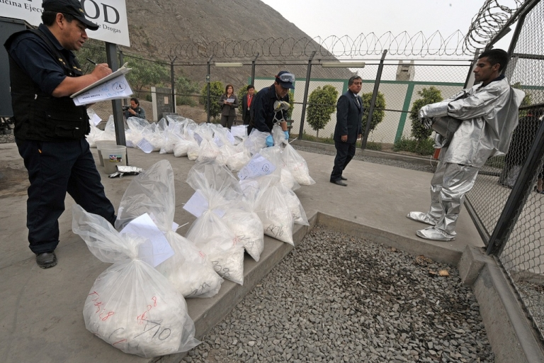 <p>Peru´s Ministry of Interior personnel prepare to burn dozens of bags containing cocaine at a police facility in Ate, outskirts of Lima on September 22, 2011.</p>