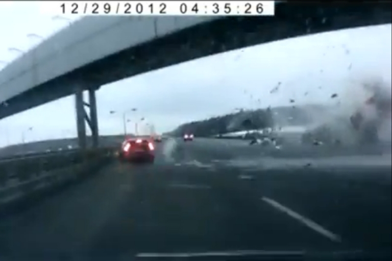 <p>A new amateur video of the plane crash in Moscow Saturday has surfaced showing how narrowly the airplane missed highway drivers.</p>
