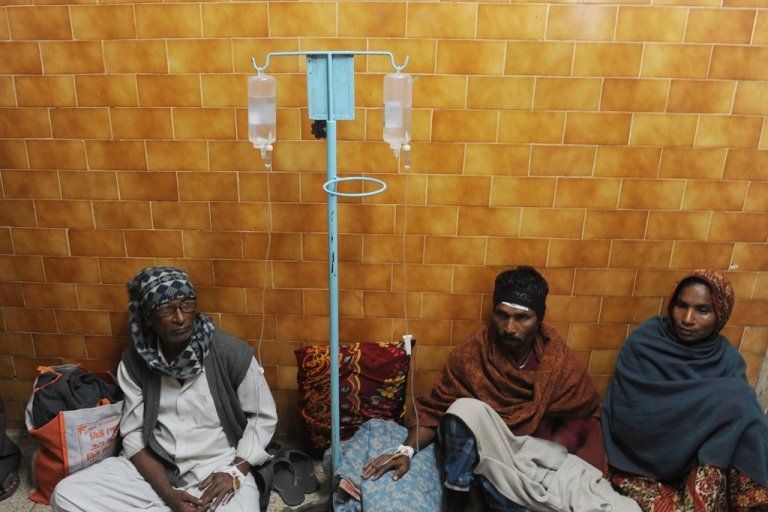 <p>Patients at a hospital in Diamond Harbor  receive medical treatment after drinking toxic bootlegged alcohol. So far, more than 100 people in India's West Bengal have died from the incident.</p>