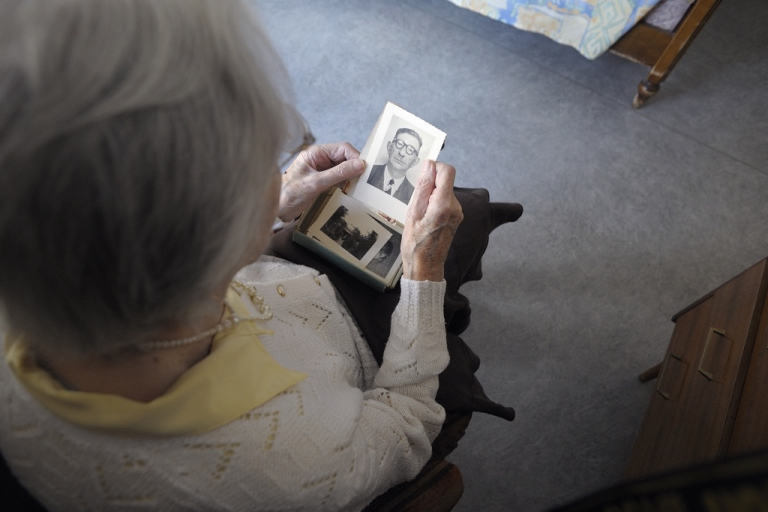 <p>A woman suffering from Alzheimer's looks at an old photo. Scientists believe they have found one indicator of Alzheimer's in women.</p>