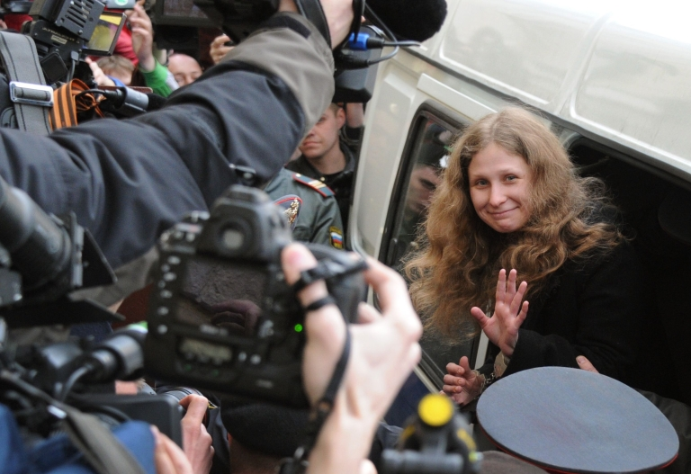 <p>Yekaterina Samutsevich waves as she arrives for the court hearing in Moscow.</p>