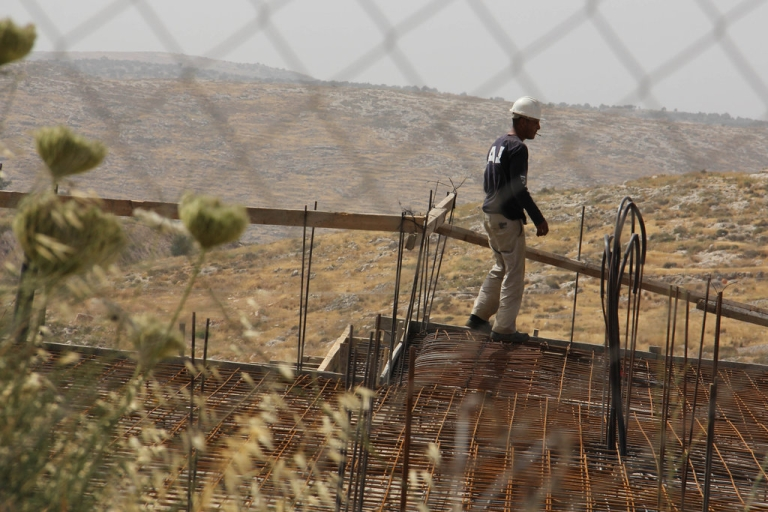 <p>A Palestinian worker frames a house in the Israeli settlement of Nili.</p>