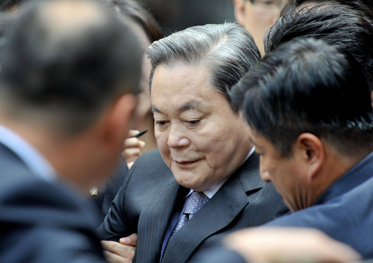 <p>Lee Kun-hee (C) took over the chairmanship of Samsung after his father's death in 1987.</p>