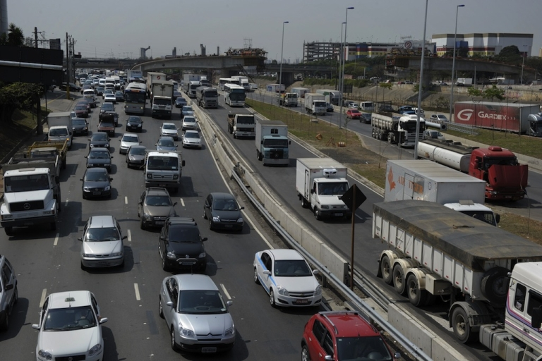 <p>A general view shows the Tietê express highway, one of the ring roads most prone to traffic-jams in the city, in mid-morning time during the World Car Free Day, in São Paulo, Brazil, on September 22, 2010.</p>