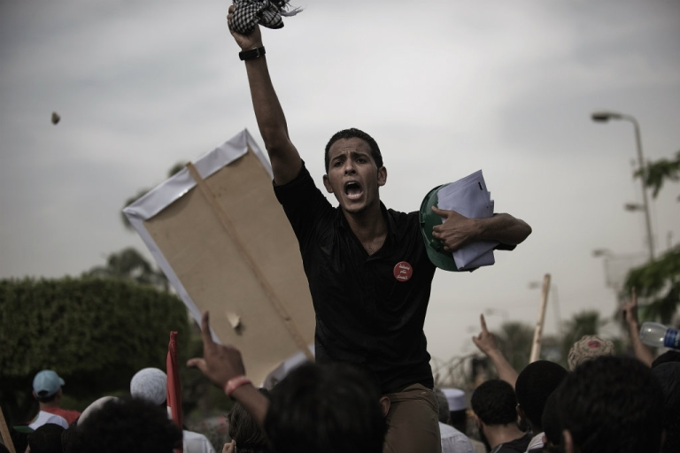 <p>Egyptian anti-SCAF protesters shout slogans against the soldiers.</p>