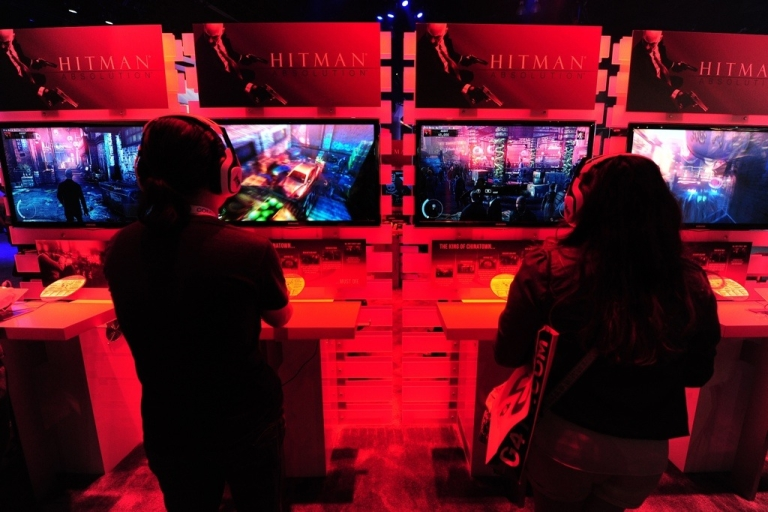 <p>Gaming fans play PlayStation 3's 'Hitman Absolution' at the E3 video game convention in Los Angeles on June 7, 2012.</p>