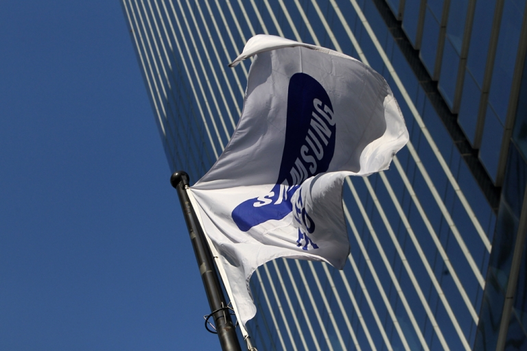 <p>A Samsung flag flies outside the company's headquarters on Dec. 11, 2012 in Seoul.</p>