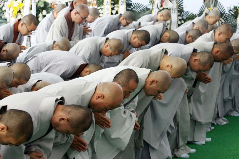 <p>Buddhist monks mourn at the memorial altar for former South Korean president Roh Moo-Hyun in his hometown of Bongha village in Gimhae about 450 km southeast of Seoul on May 27, 2009.</p>