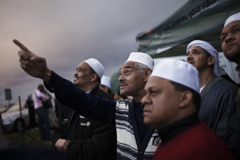 <p>South African muslims attempt to spot the new moon that would mark the end of the fasting month of Ramadan and the starting of the Eid al Fitr celebrations on September 9, 2010 ahead of the evening prayer on the Sea Point promenade in Cape Town, South Africa.</p>