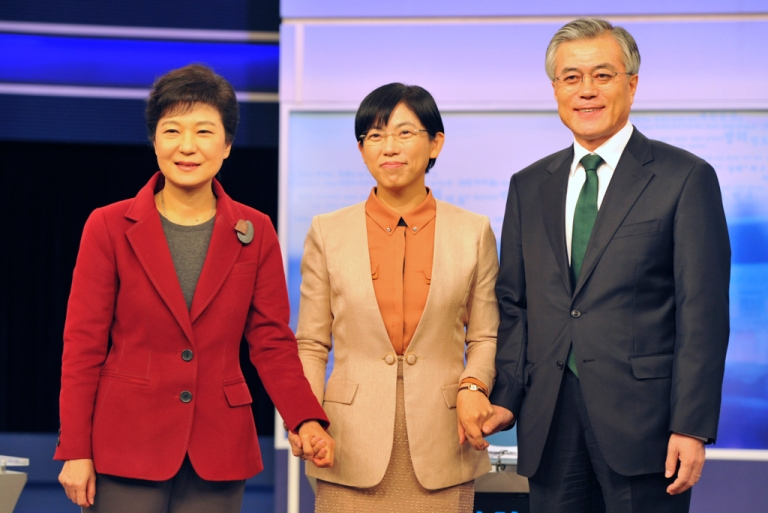 <p>South Korea's presidential candidates (left to right), Park Geun-hye of the ruling Saenuri Party, Lee Jung-hee of the opposition Unified Progressive Party and Moon Jae-in of the main opposition Democratic United Party pose before a televised debate in Seoul on Dec. 10, 2012.</p>