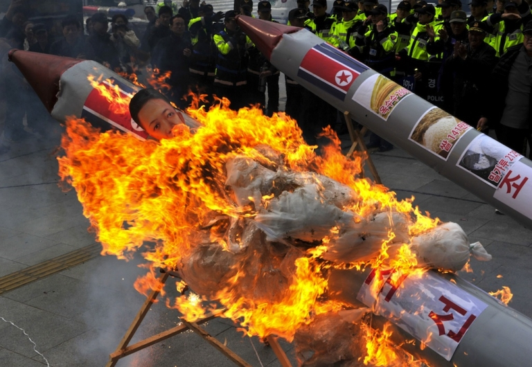 <p>South Korean protesters set fire to a mock North Korean missile carrying an effigy of the country's leader Kim Jong-Un last Friday when Pyongyang admitted that its long-range rocket launch had failed.</p>
