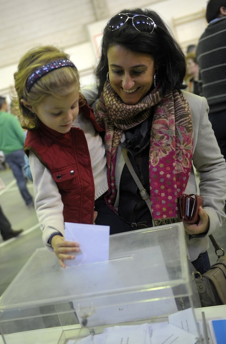 <p>A woman votes with her daughter at a polling station in Vigo during the Galician regional election today.</p>