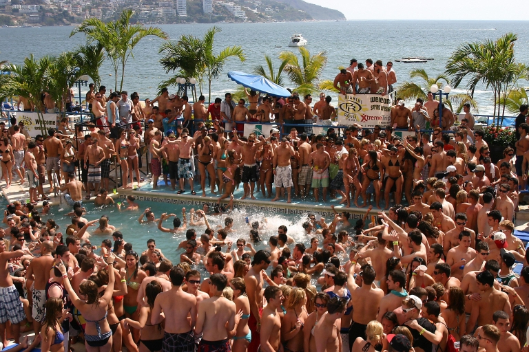 <p>Hundreds of US students enjoying their spring break have fun in the swimming pool of a hotel in Acapulco, Mexico in March 2009.</p>