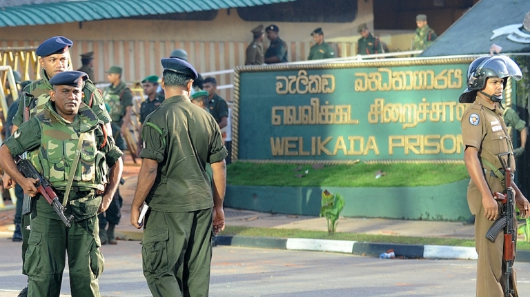 <p>Sri Lankan soldiers stand guard near the Welika maximum prison in Colombo on November 10, 2012. Sri Lanka's military was called in to quell the worst prison riot in nearly three decades that left at least 27 people dead and 43 wounded, officials said.</p>