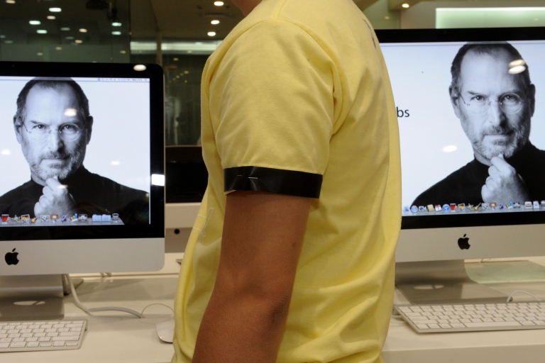 <p>A sales clerk at an Apple store in Manila wears a black arm band to mourn the death of Apple co-founder and chairman Steve Jobs.</p>