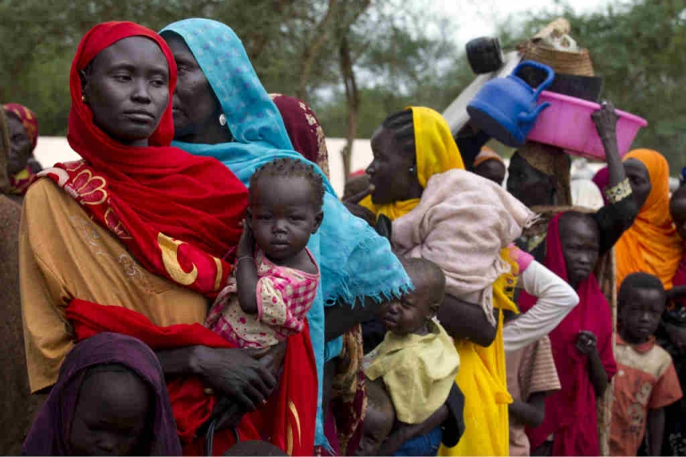 <p>Sudanese refugees wait in line to board a truck heading to Batil refugee camp in Jamam camp, South Sudan.</p>