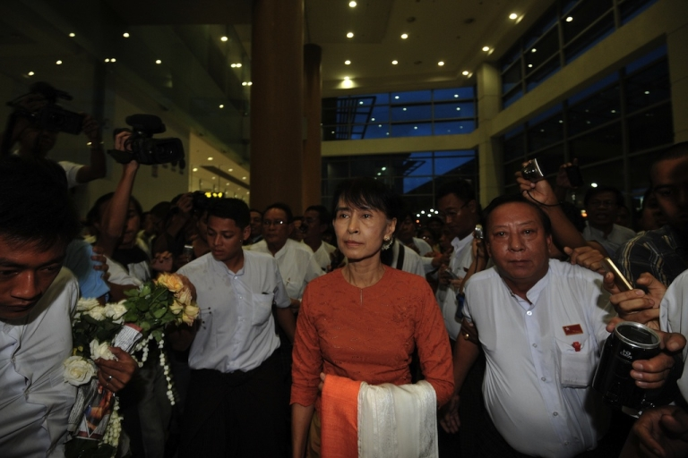<p>Myanmar opposition leader Aung San Suu Kyi arrives at the Yangon International airport on May 29, 2012 enroute to Thailand.</p>