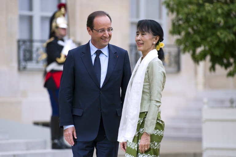 <p>Myanmar pro-democracy leader Aung San Suu Kyi (R) is welcomed by French President François Hollande at the Elysee presidential Palace in Paris, on June 26, 2012.</p>