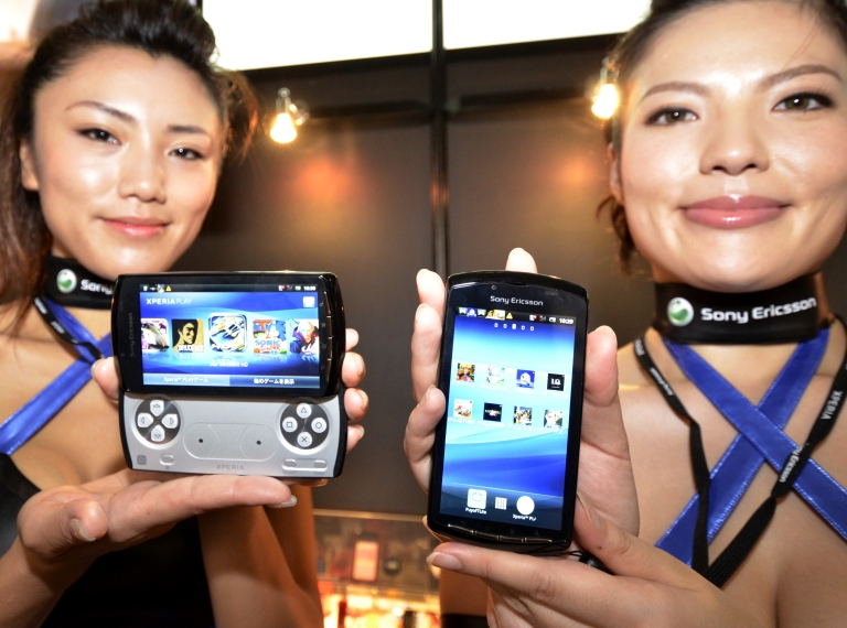<p>Models display Sony Ericsson's smartphone Xperia Play at the annual Tokyo Game Show in Chiba, suburban Tokyo, on September 15, 2011. Some 200 companies from 16 countries exhibited their latest video game hardware and software at a four-day event.</p>