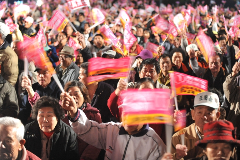 <p>Supporters wave flags at a campaign rally of Taiwan's opposition presidential candidate Tsai Ing-wen in the central Nantou county on Jan. 9, 2012.</p>