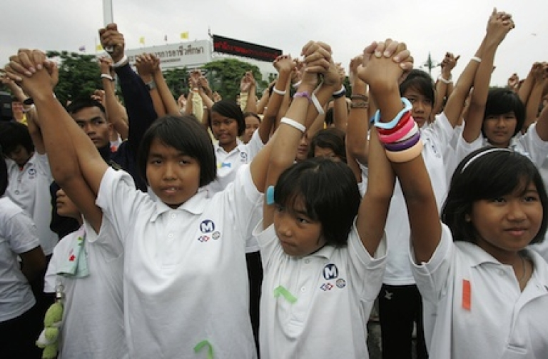<p>Thai students raise their arms during a campaign for the International day for the Eradication of Poverty in front of the United Nations headquarters in Bangkok, 17 October 2007.</p>