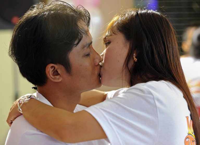 <p>A Thai couple kisses during a competition for the 'World's Longest Continous Kiss